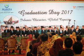 graduation foto: madinaschool.sch.id